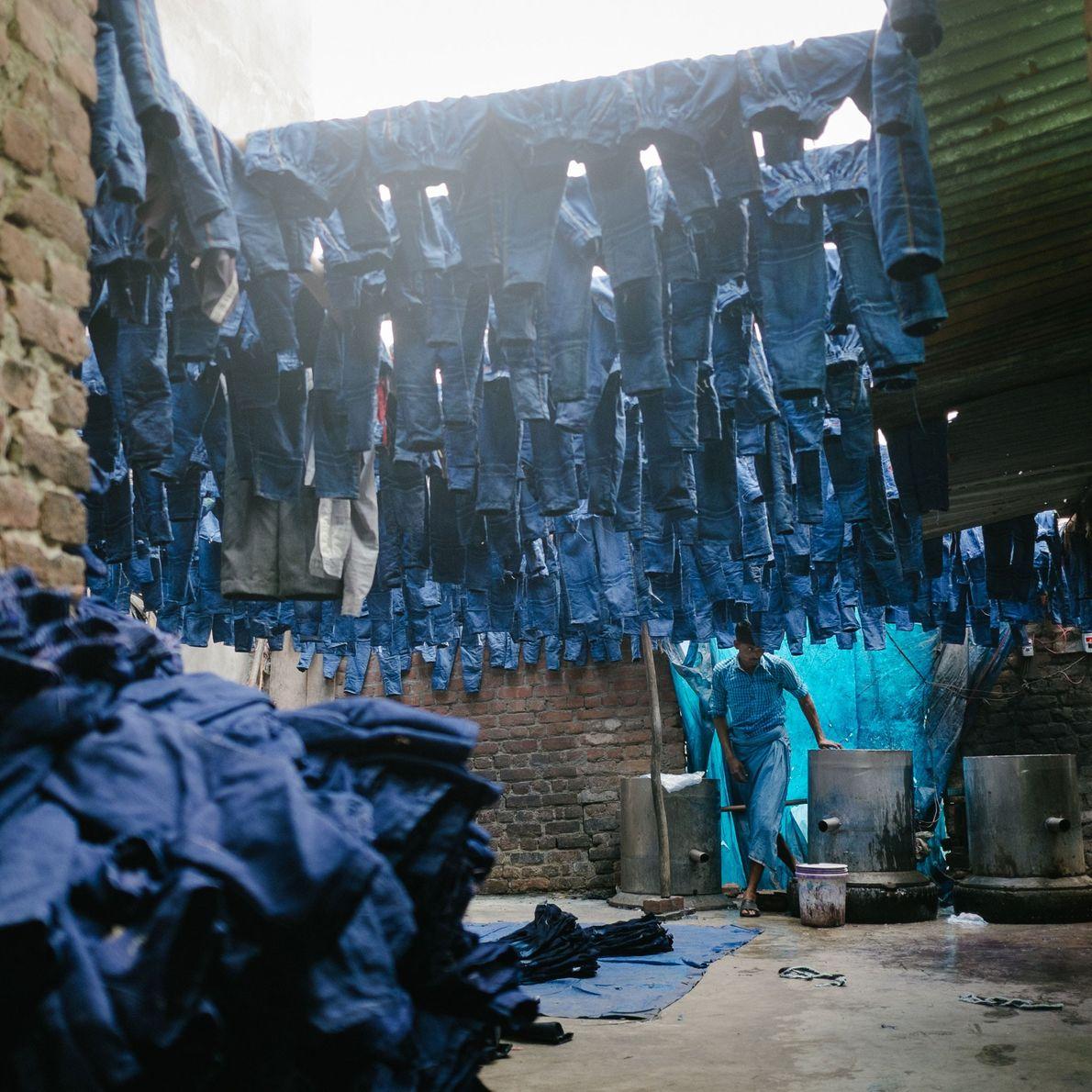 Fotografia de uma fábrica que tinge calças numa das zonas mais densamente povoadas e poluídas zonas ...