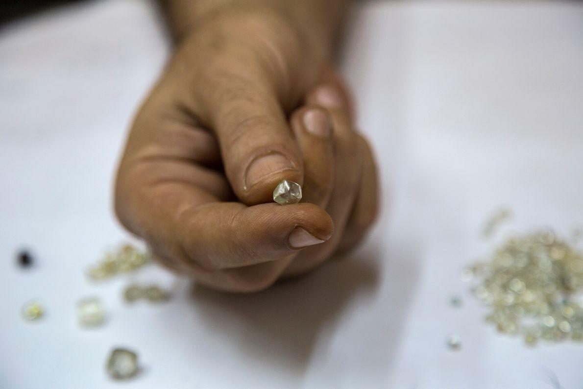 Um comprador arménio de diamantes em Berbérati, na República Centro-Africana, mostra uma pedra em bruto.