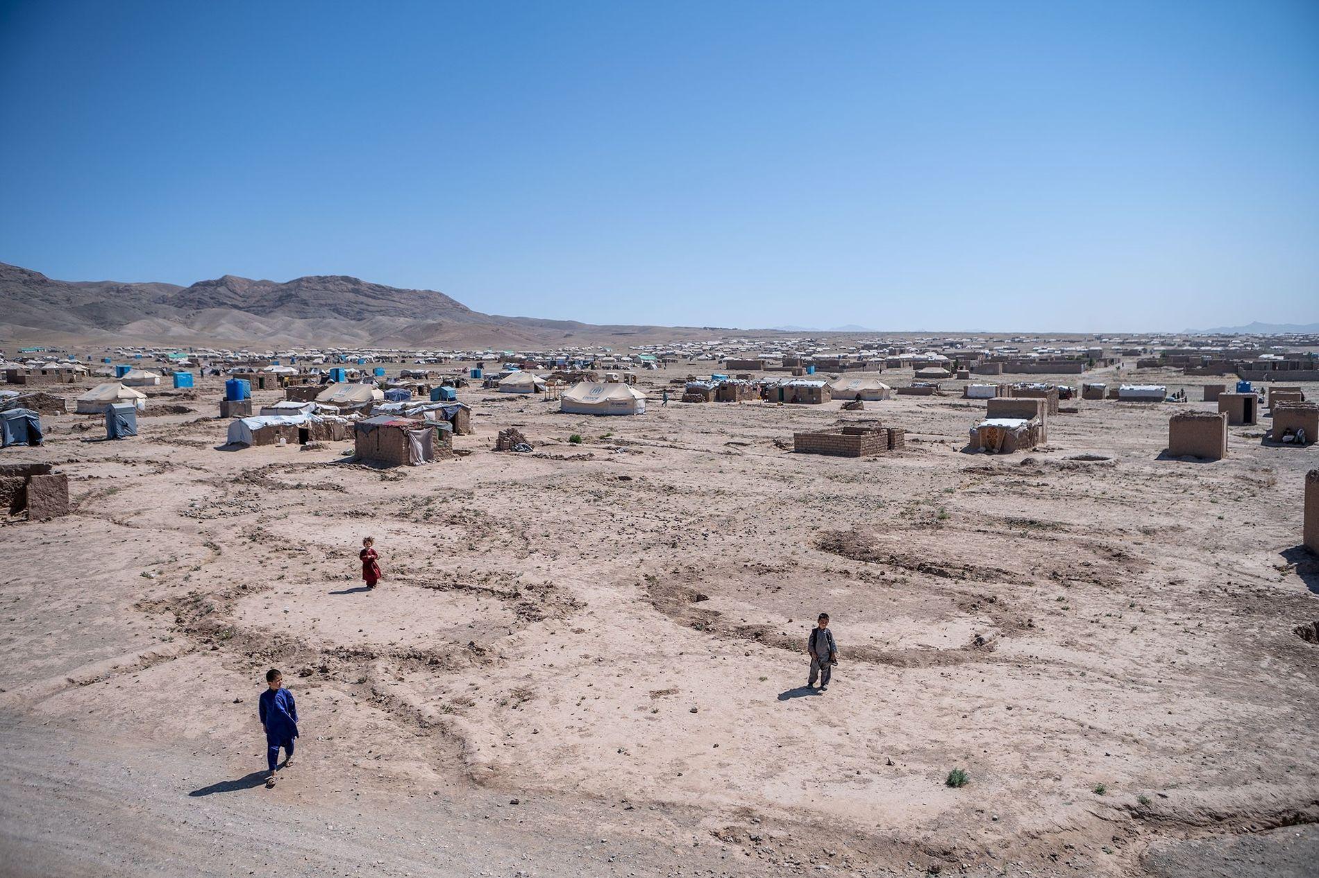 Tendas e abrigos improvisados espalhados pelo vasto campo de Shahrak-e-Sabz, um campo para deslocados internos do ...