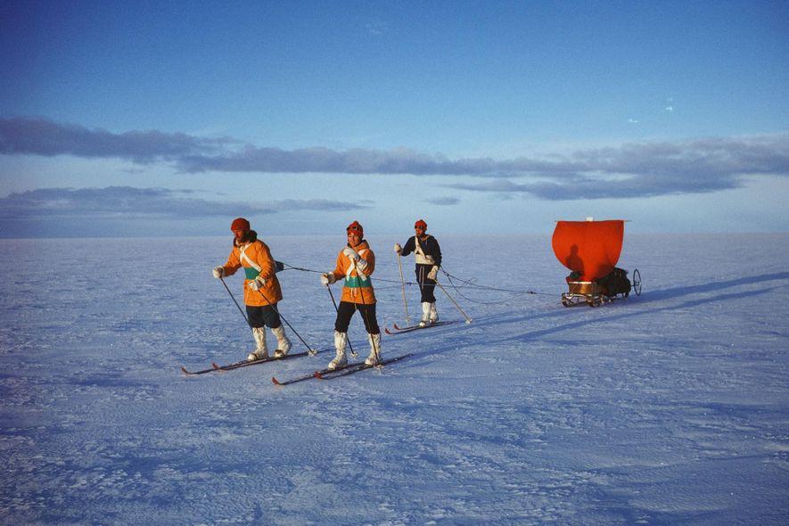 Myrtle Simpson esquia ao longo de uma calota de gelo, na Gronelândia, acompanhada pela sua equipa. ...