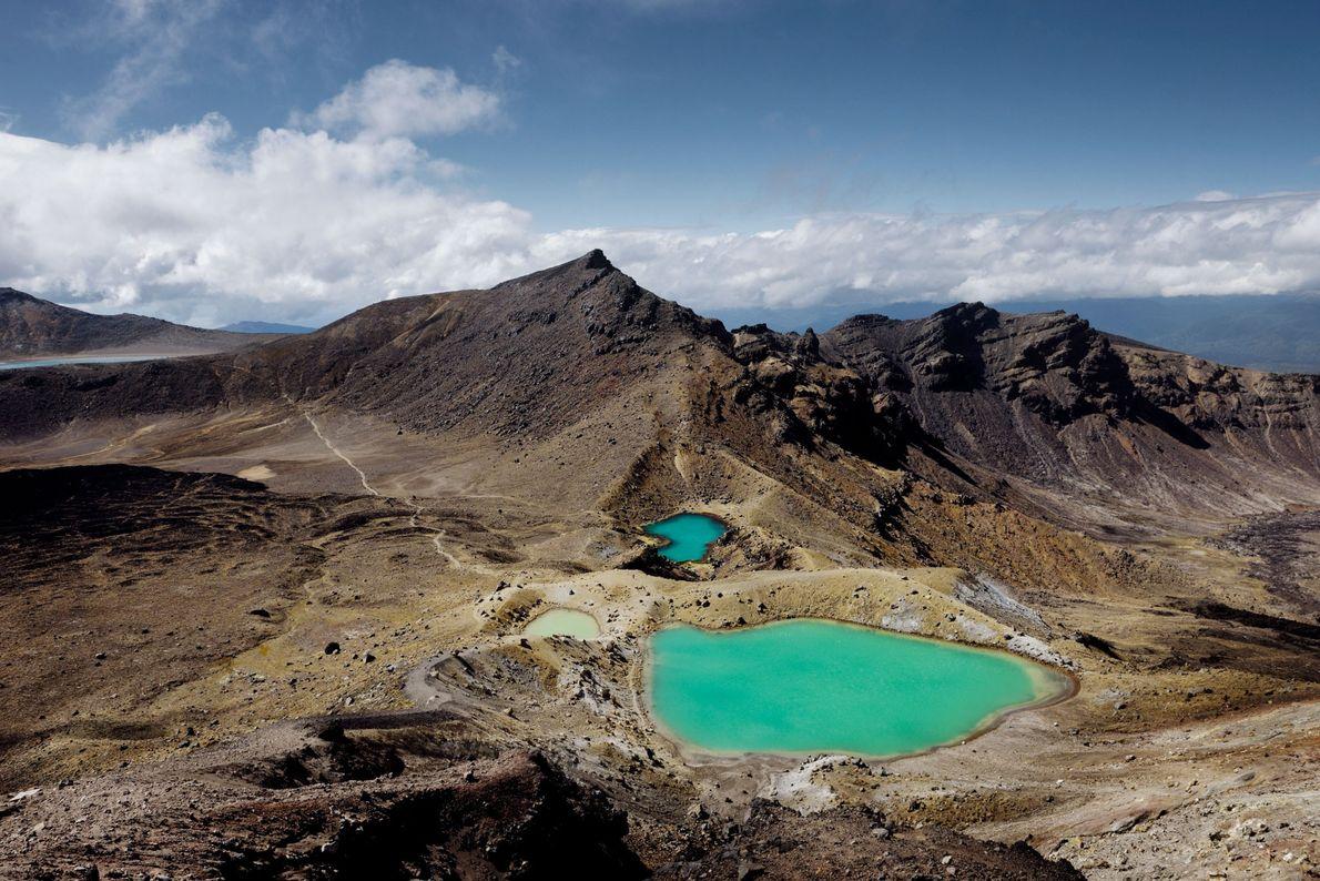 Imagem de lagoas cor de esmeralda no Parque Nacional de Tongariro, na Nova Zelândia.