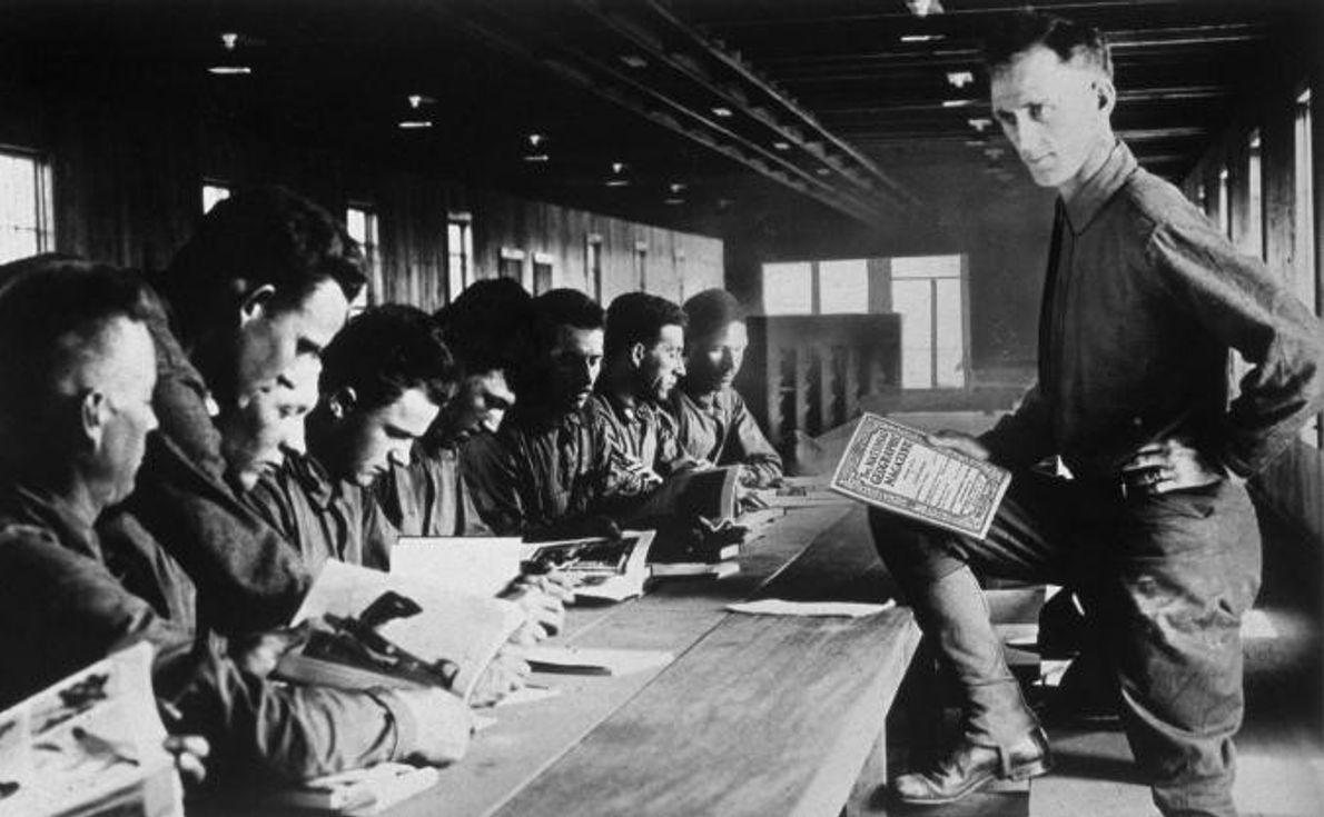 Soldados estudam inglês num centro de formação militar em Camp Kearny.