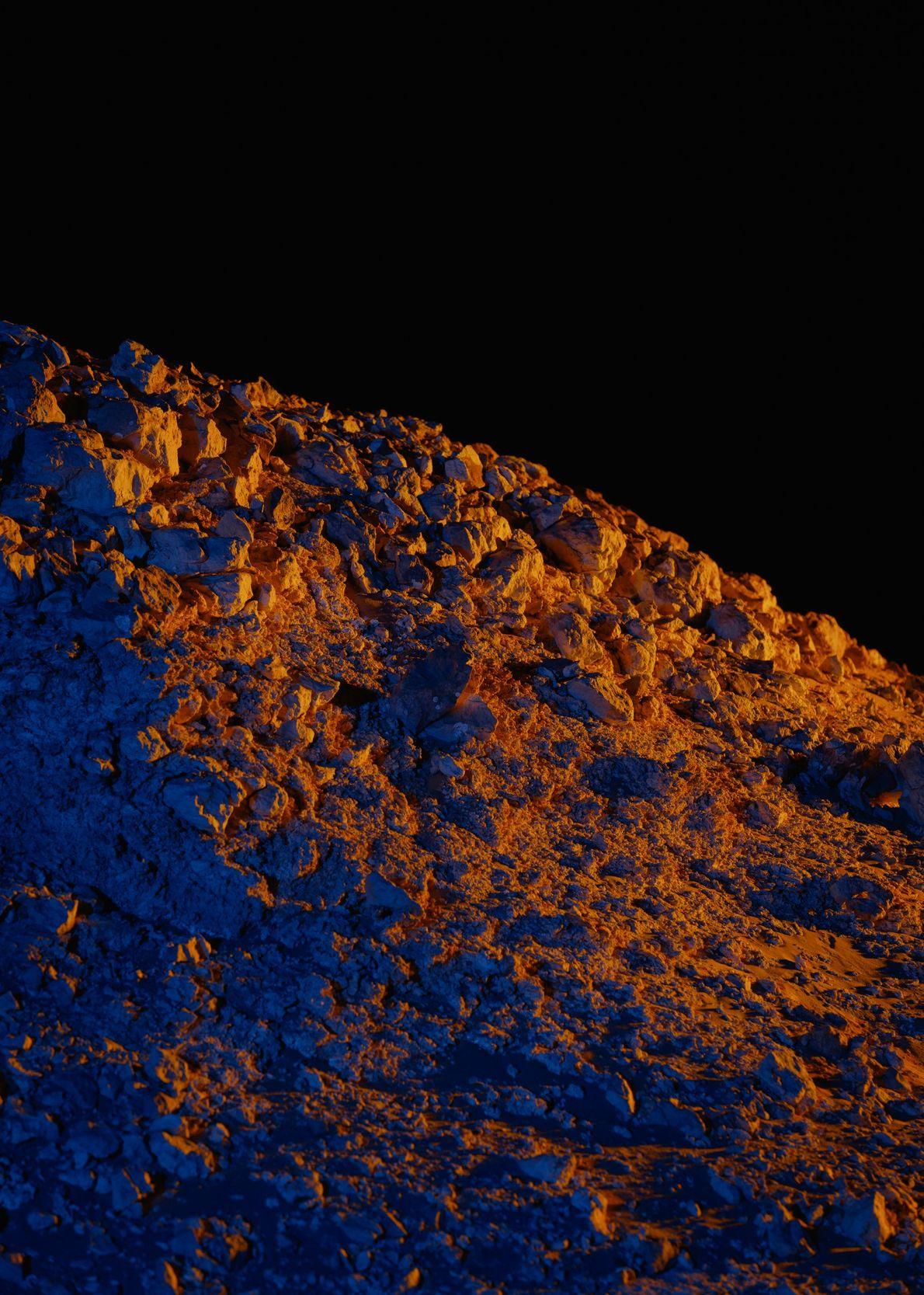 Iluminação artificial coloca um afloramento rochoso a norte da Estação Kepler em relevo absoluto.