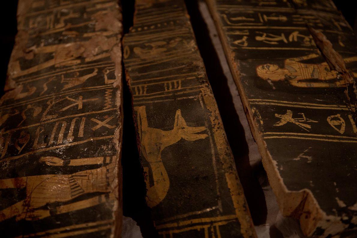 Desenhos em caixão de madeira em túmulo no Egito