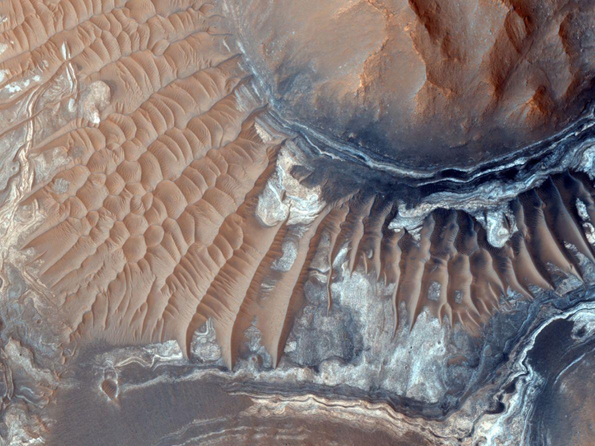 Dunas de areia estendem-se ao longo da superfície de Aram Chaos.