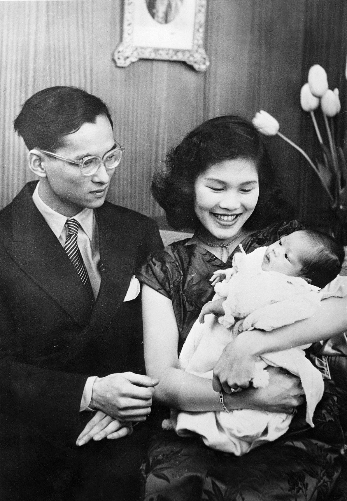 O rei da Tailândia, Bhumibol Adulyadej, com a sua esposa, a princesa Sirikit, e a filha ...