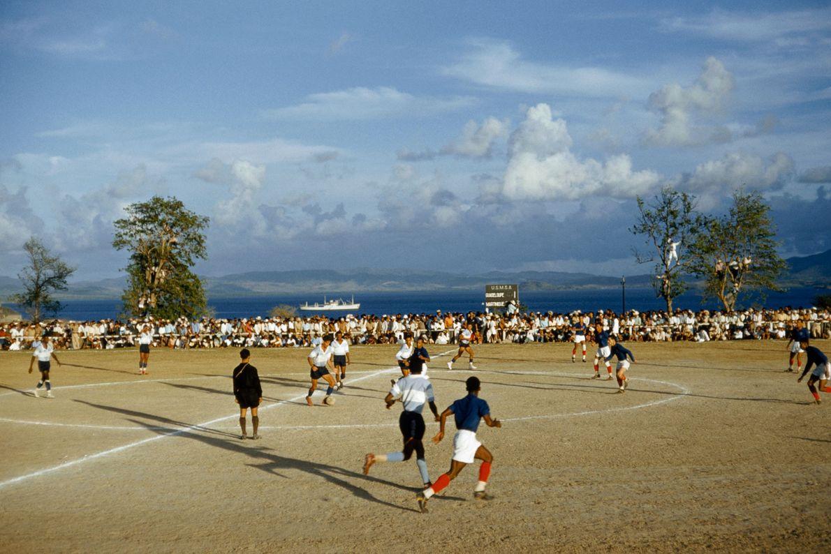 Duas equipas de futebol rivais de Martinica e Guadalupe disputam uma partida.