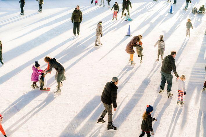 Famílias deslizam pelo gelo num ringue de patinagem em Brooklyn, no Prospect Park, em Nova Iorque, ...
