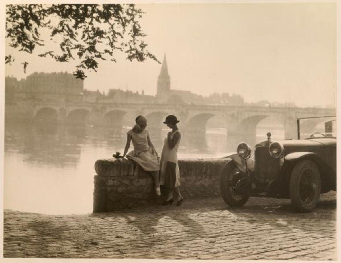 Duas mulheres conversam junto à margem do rio Loire, em Saumur, França.