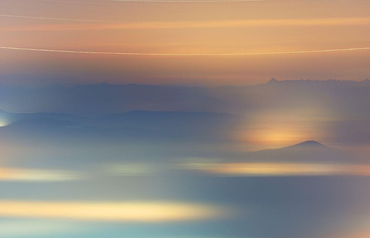 A neblina cobre uma aldeia no norte da Hungria à medida que o sistema estelar Gama ...