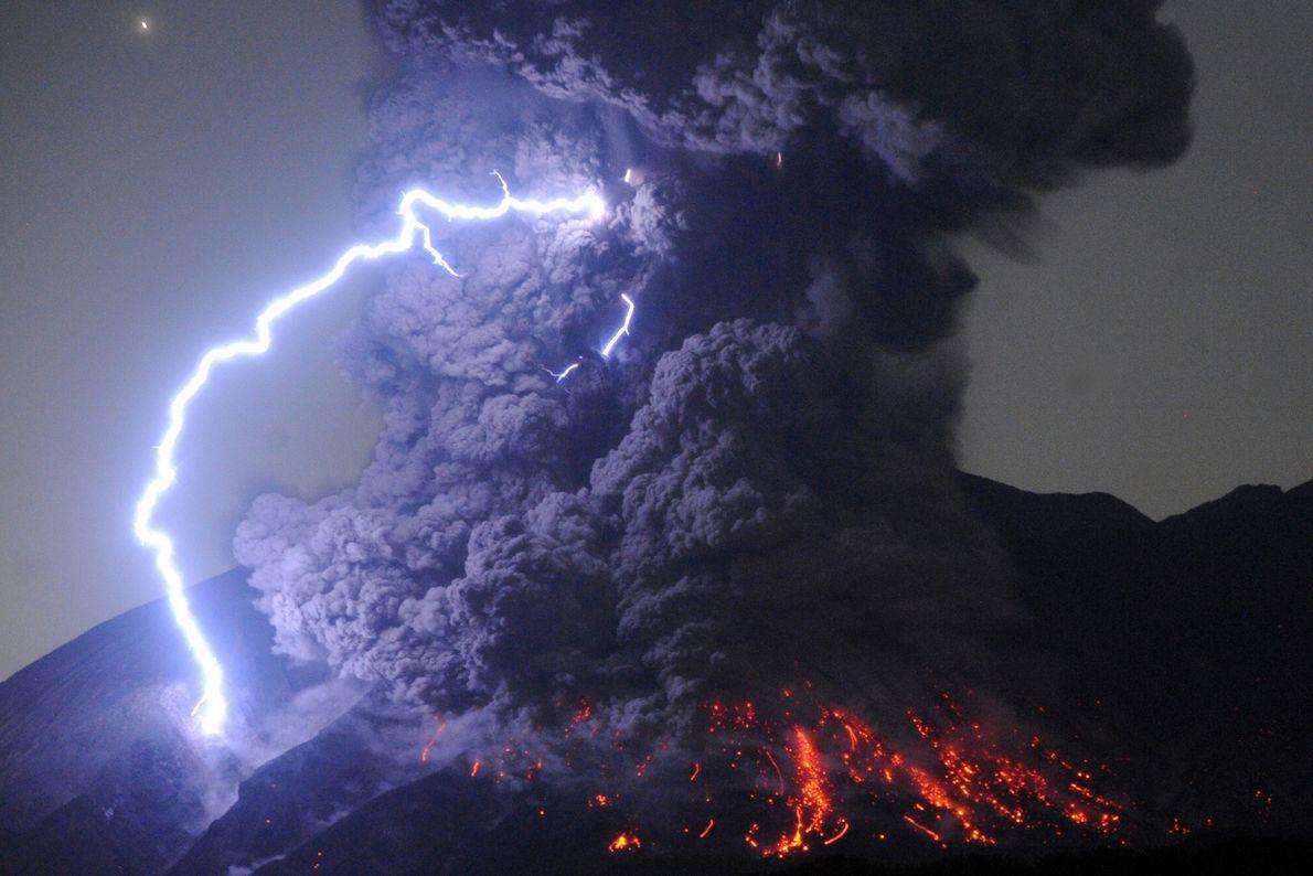 Os vulcões, para além de produzirem fluxos impressionantes de rochas incandescentes, também geram relâmpagos extraordinários. Esta ...