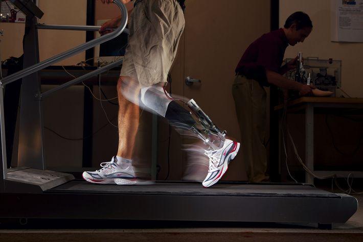 Um tornozelo motorizado que consegue impulsos semelhantes aos de uma perna real.