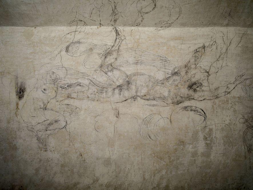 A VOAR...  O esboço do contorno de uma figura humana parece elevar-se sobre uma parede do quarto.