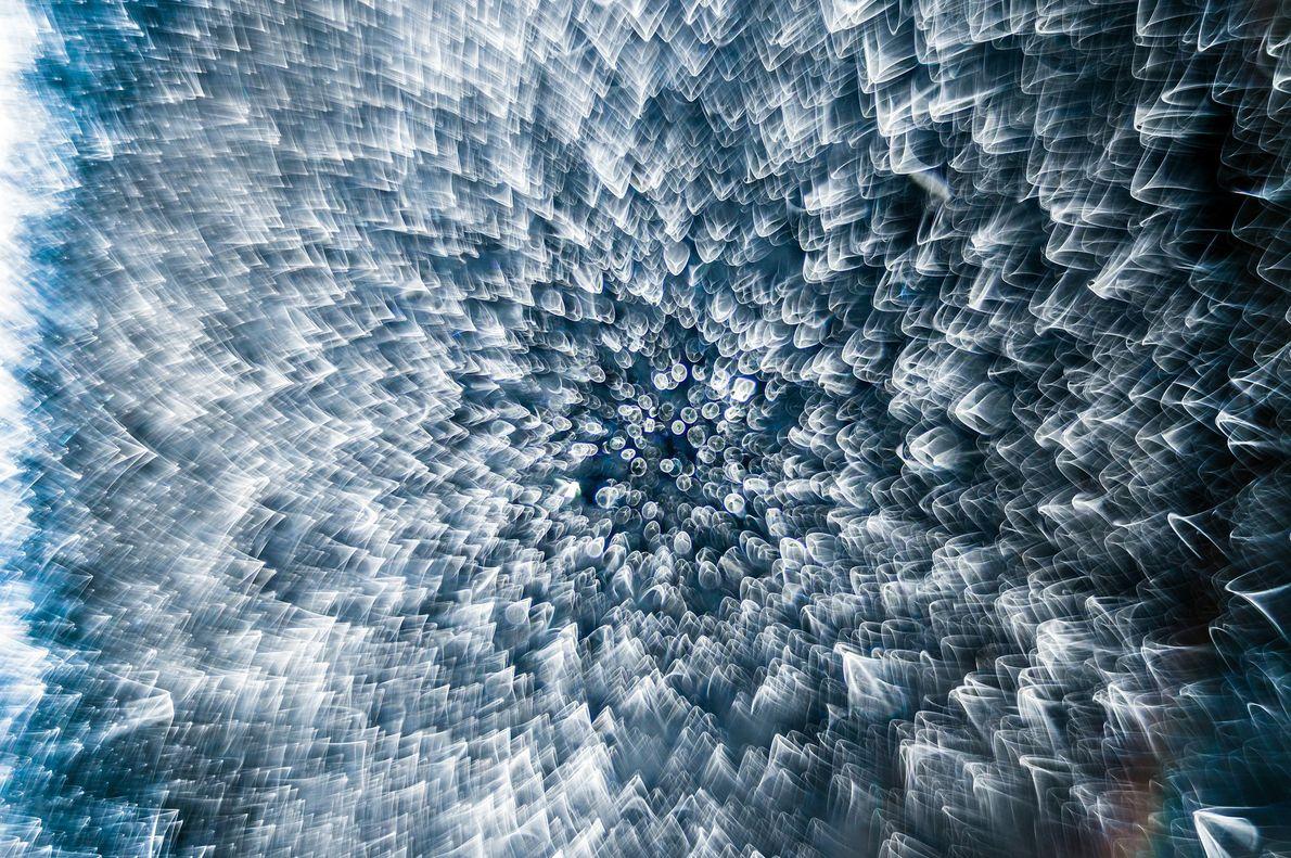 Esta gota de água congelada, iluminada pela luz do fotógrafo francês Garzon Christian, parece conter uma ...