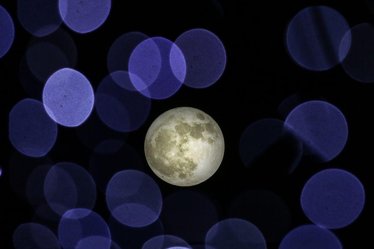 As luzes de Natal, numa árvore em Atenas, na Grécia, ofereceram um elemento inesperado à superlua ...
