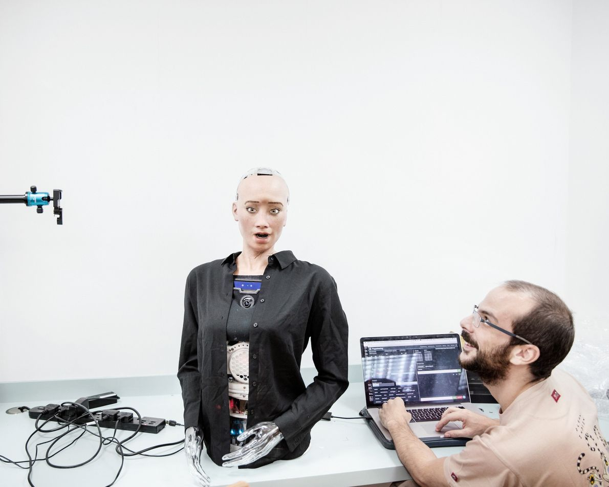 Um engenheiro de som na Hanson Robotics trabalha com Sophia.