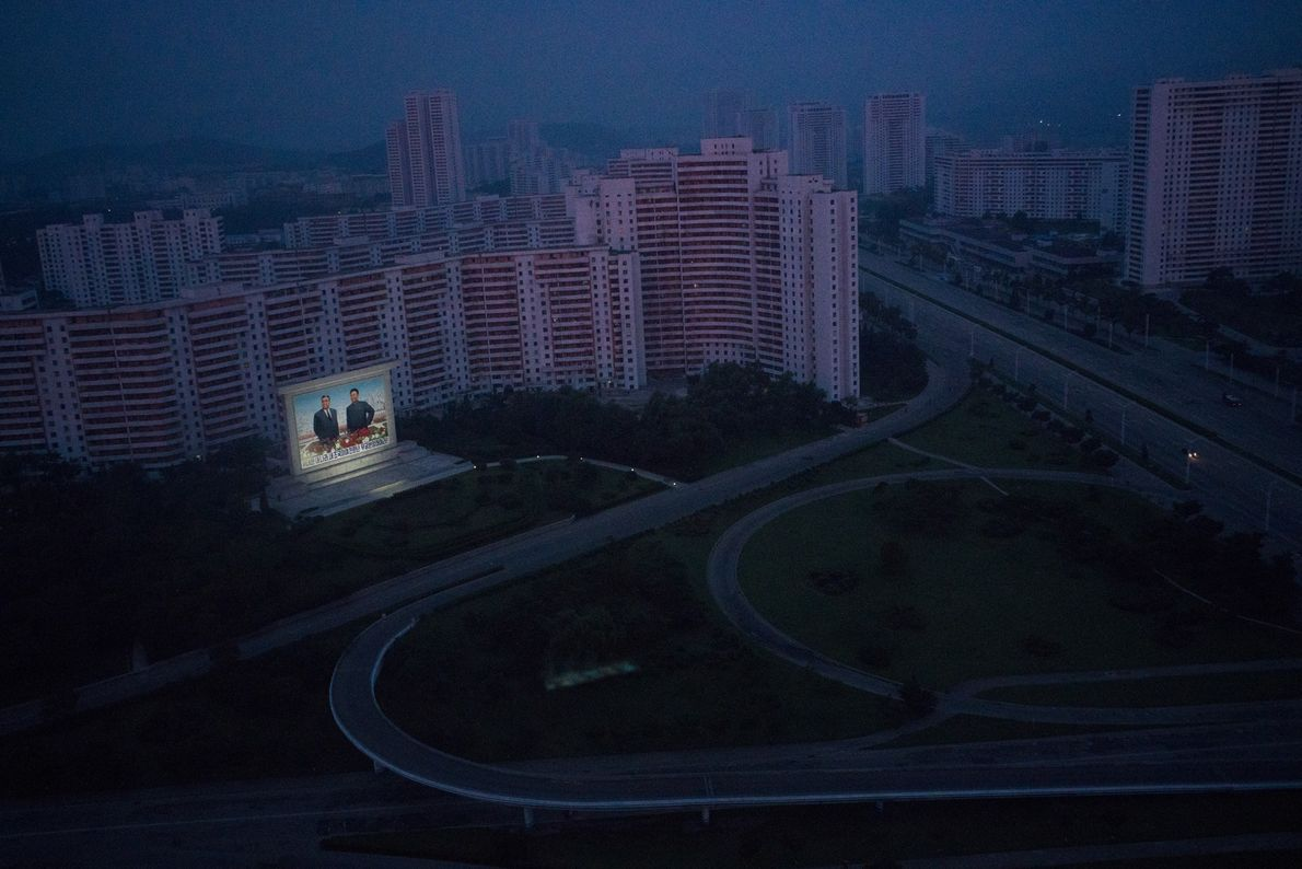 Um monumento iluminado que homenageia os líderes mortos, Kim Il Sung e Kim Jong Il, em ...