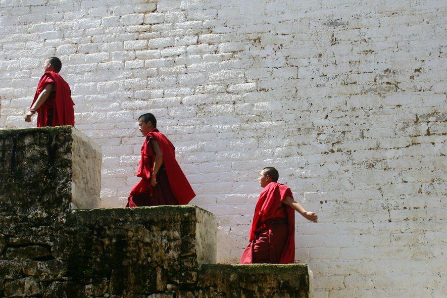 Monges regressam à sua habitação depois de uma cerimónia no Butão em 2010.