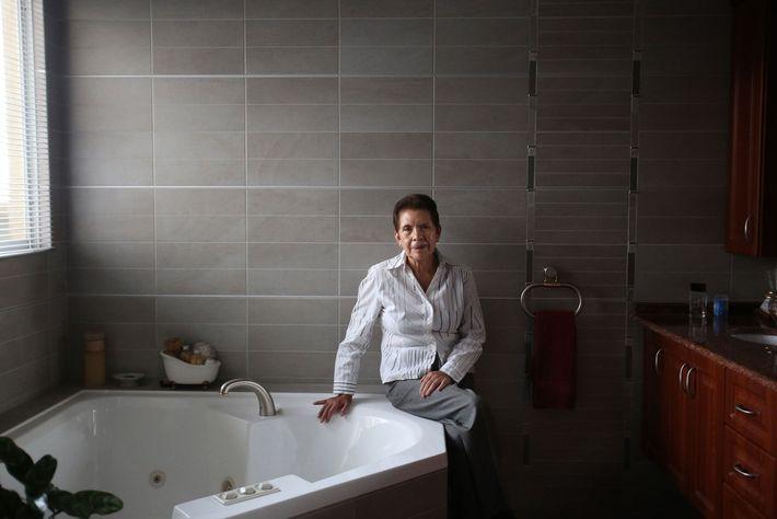 Mulher junto a banheira