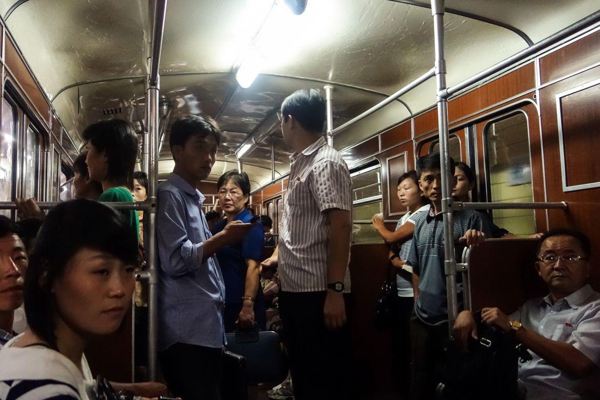 Davies conta que apesar de ter andado de metro com os outros turistas, os passageiros foram ...