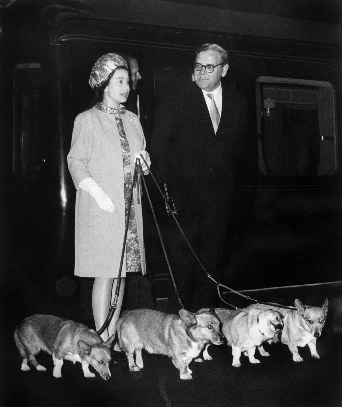 Fotografia da Rainha Isabel II a chegar à estação de comboios King's Cross, em Londres.