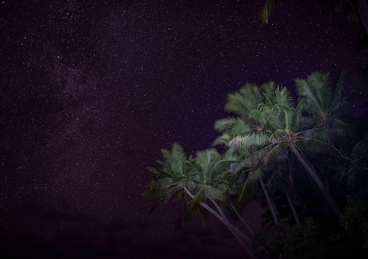 Visto das margens desabitadas da Ilha Nikumaroro, o céu estrelado não tem limites.