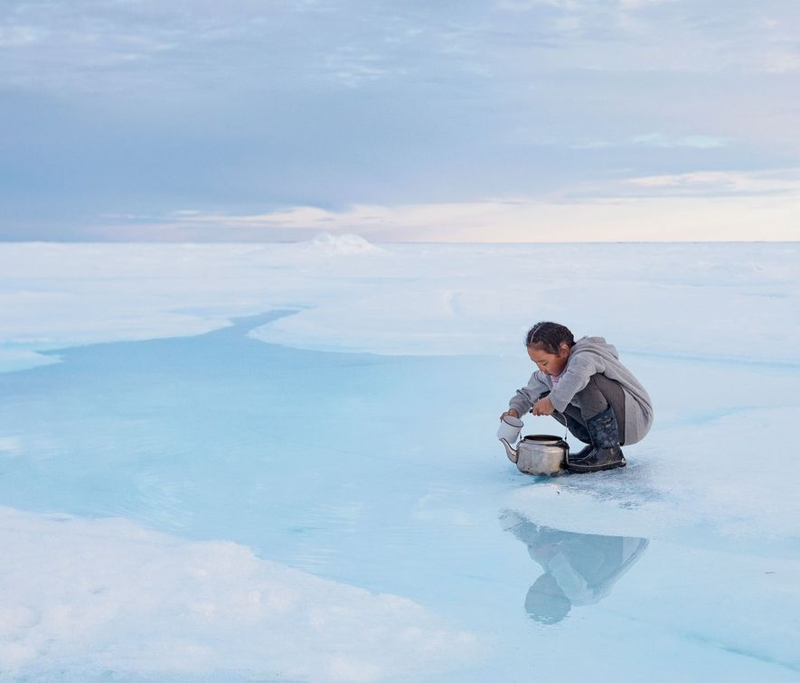 Quando o gelo marinho envelhece, o sal que contém afunda-se no oceano, deixando água potável à ...