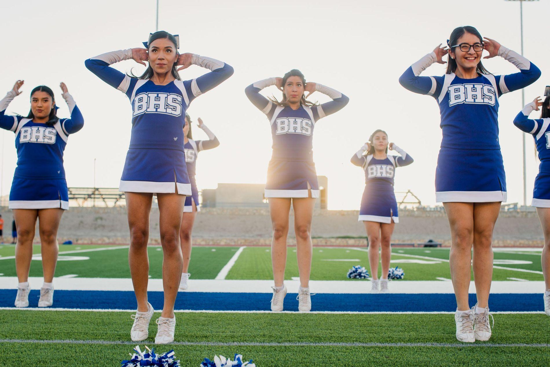 Líderes da claque da Escola Secundária Bowie a treinar para um jogo de futebol americano que ...