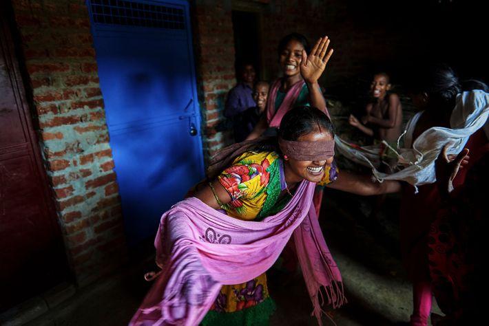 Nirma, de 16 anos, brinca com as suas amigas e primas.