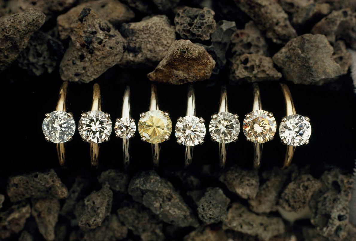 Neste alinhamento de diamantes, só um é verdadeiro. O quarto anel a contar da esquerda foi ...