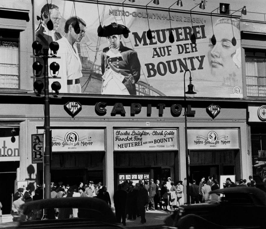 Durante a estadia de Chandler em Berlim, o filme O Grande Motim foi exibido numa sala ...
