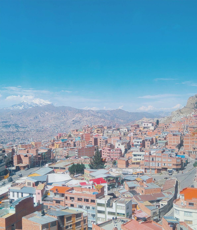 O crescimento da cidade se faz em direção a El Alto, onde os edifícios de tijolo ...