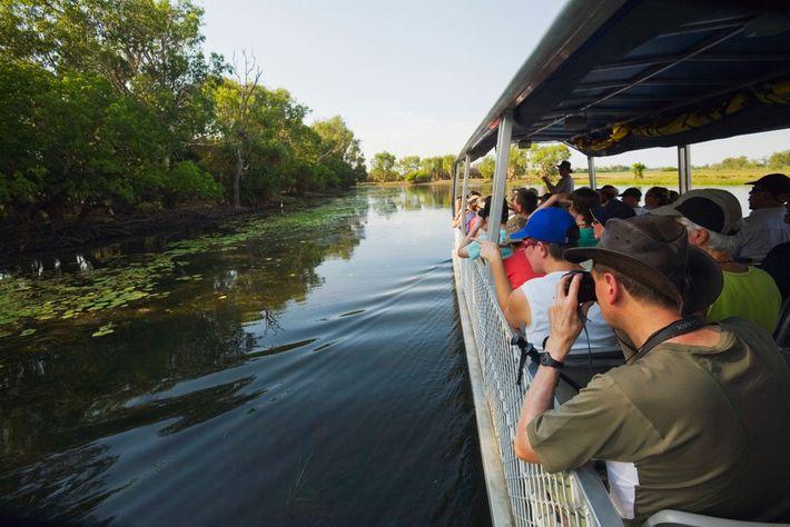 Imagem de pessoas a andar de barco em Yellow Water Wetlands, na Austrália.