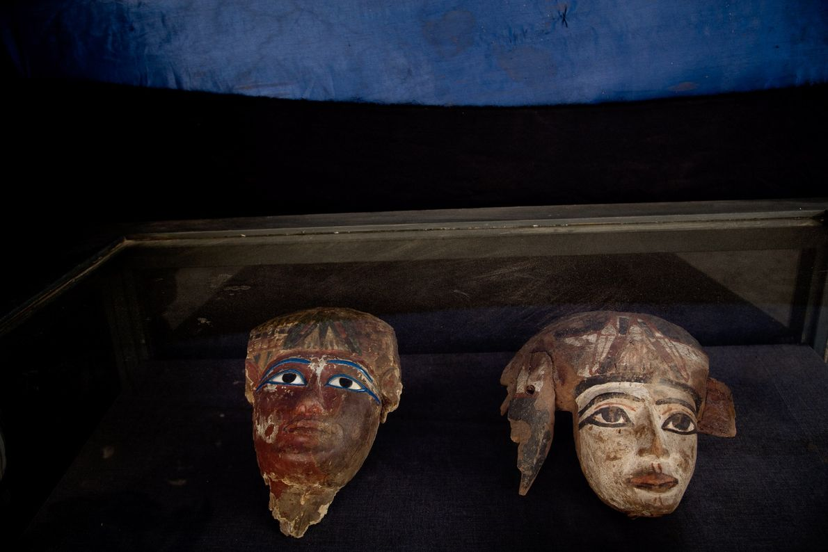 Máscaras mortuárias em Túmulo no Egito