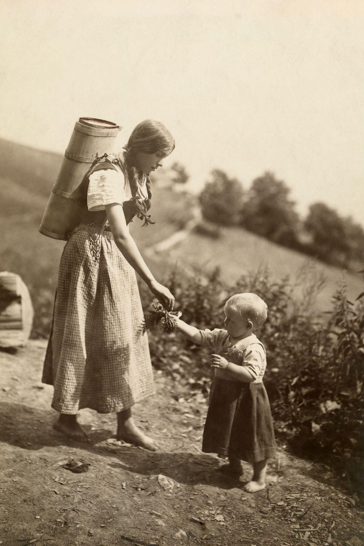 Uma mãe alcança a mão da filha.