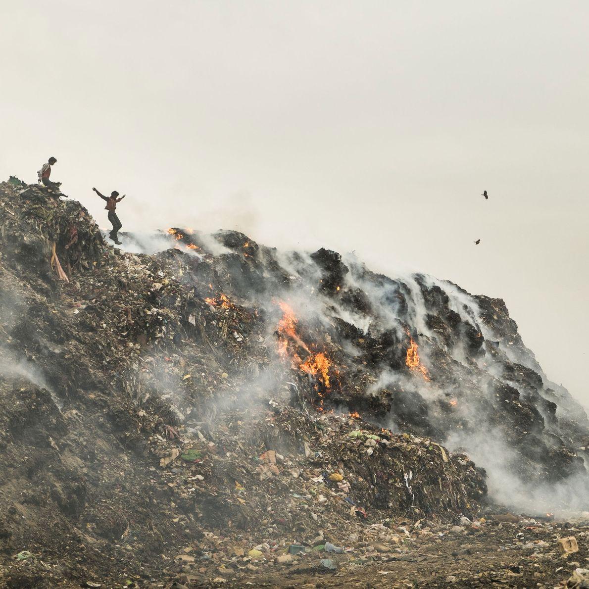 Fotografia da queima de depósitos de lixo