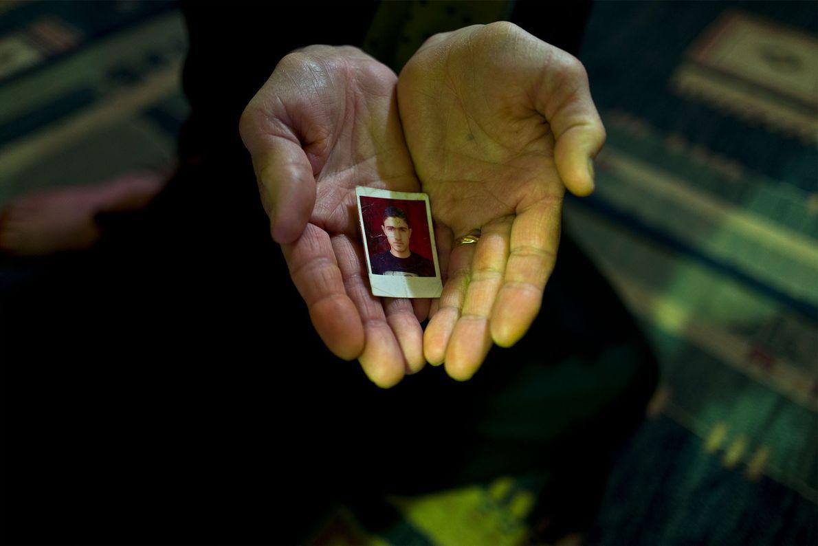 Suad Abdulmajeed segura uma fotografia da família.