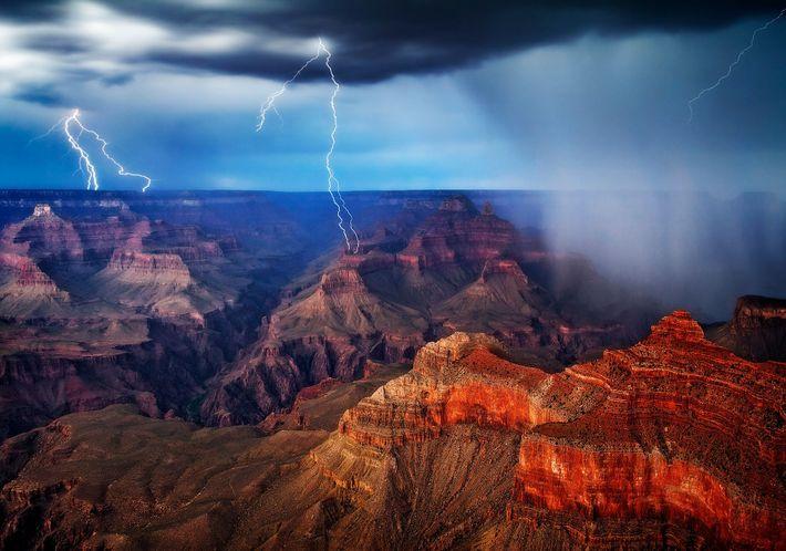 Uma tempestade de verão paira sobre o Grand Canyon. Esta imagem é uma combinação de três ...