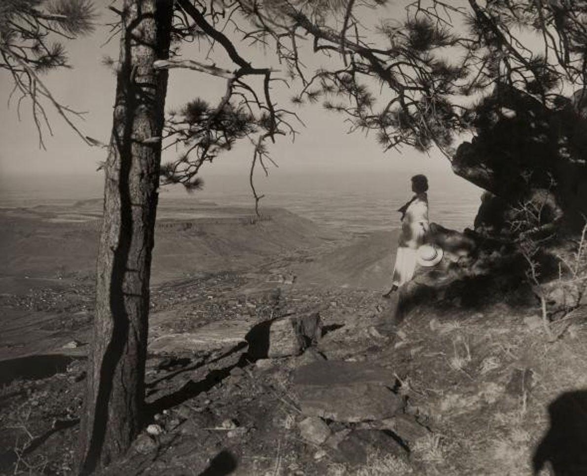 Uma mulher contempla a paisagem sobre o vale Tahosa, no Colorado.