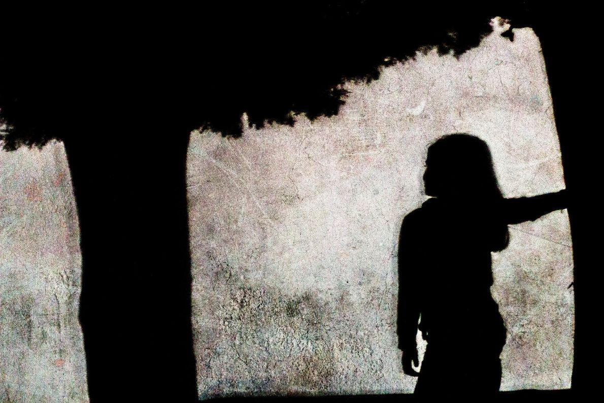 Sombra de uma árvore e de uma menina
