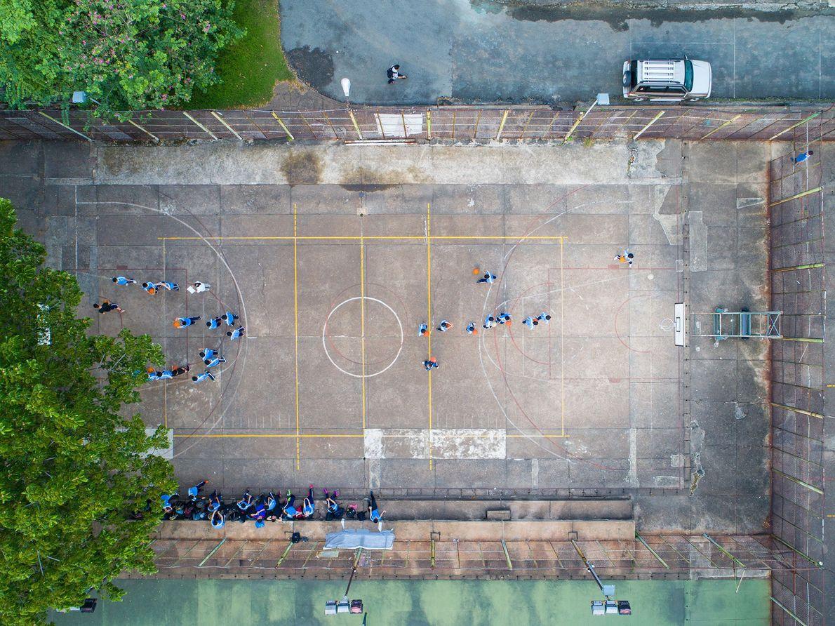 Alunos no campo de basquetebol da Universidade de Tecnologia da Cidade de Ho Chi Minh, durante ...