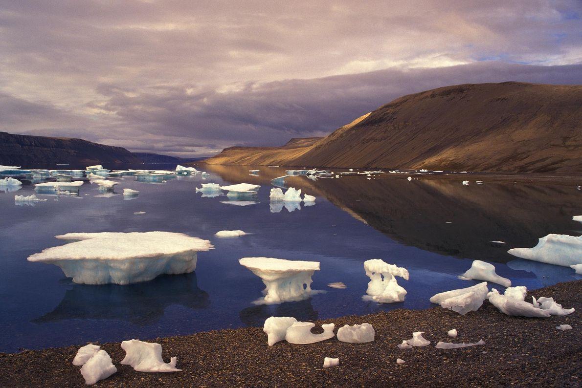 O Borup Fiord Pass, um vale de glaciares na ilha Ellesmere, no Canadá, tem blocos de ...