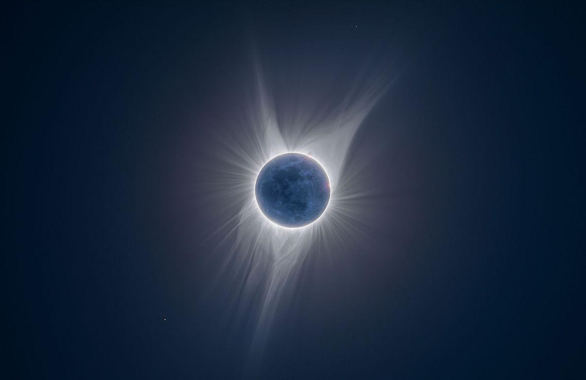Pormenores da lua estão iluminados nesta fotografia de multiexposição tirada durante um eclipse solar total em ...