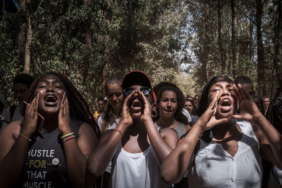 Alunos da Braeburn Garden Estate School, cantam durante uma marcha em Nairobi, no Quénia.