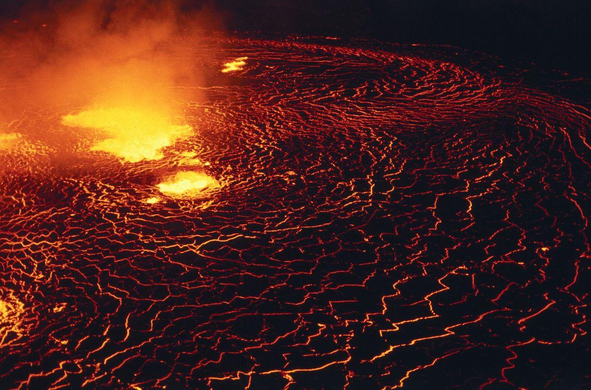 A cratera Halemaʻumaʻu, do vulcão Kilauea, tinha um lago de lava há muito tempo. Mas em ...