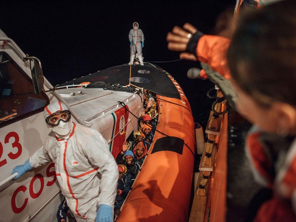Fotografias dos Refugiados Resgatados no Mar Tempestuoso