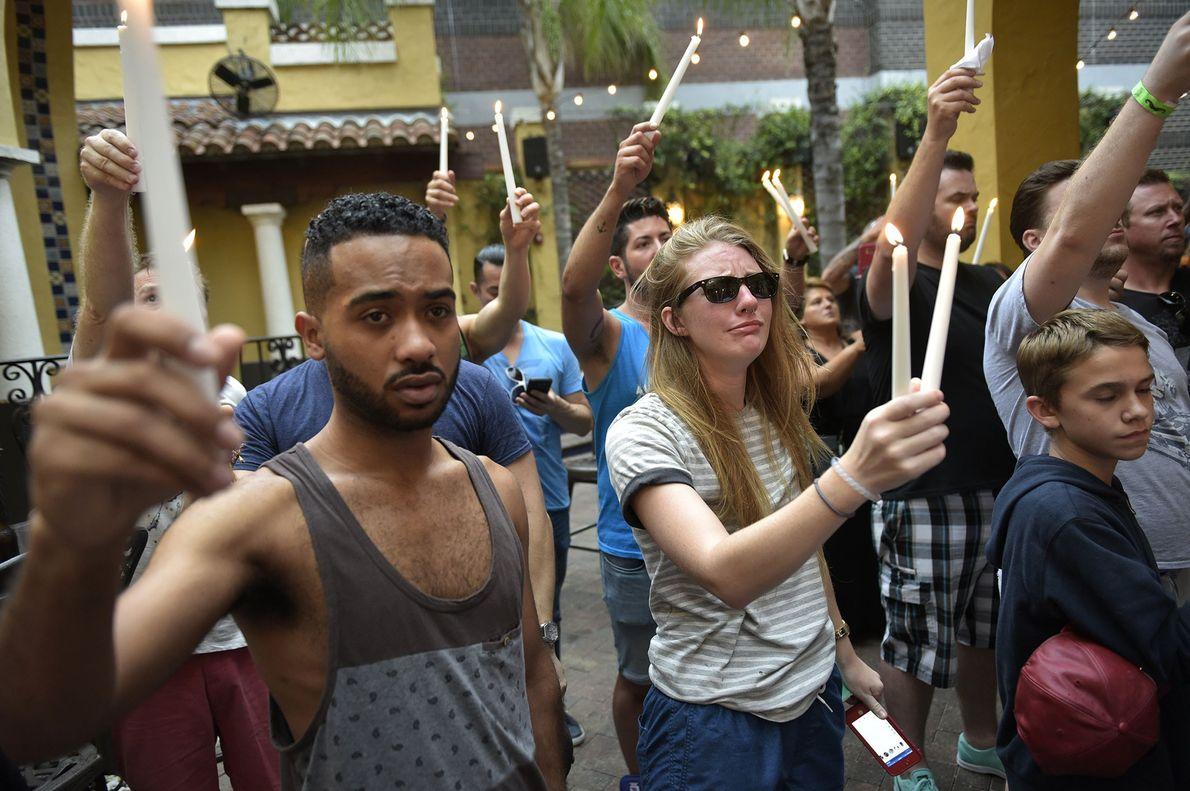 Jovens participam numa vigília pelas vítimas de Orlando