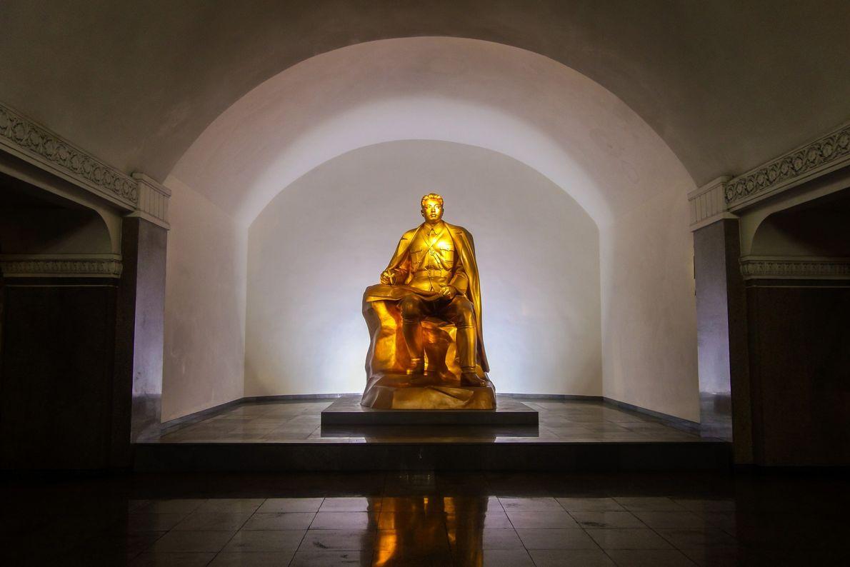 Kwangbok Station tem luz baixa, possivelmente para exibir esta fantástica estátua de Kim Il Sung