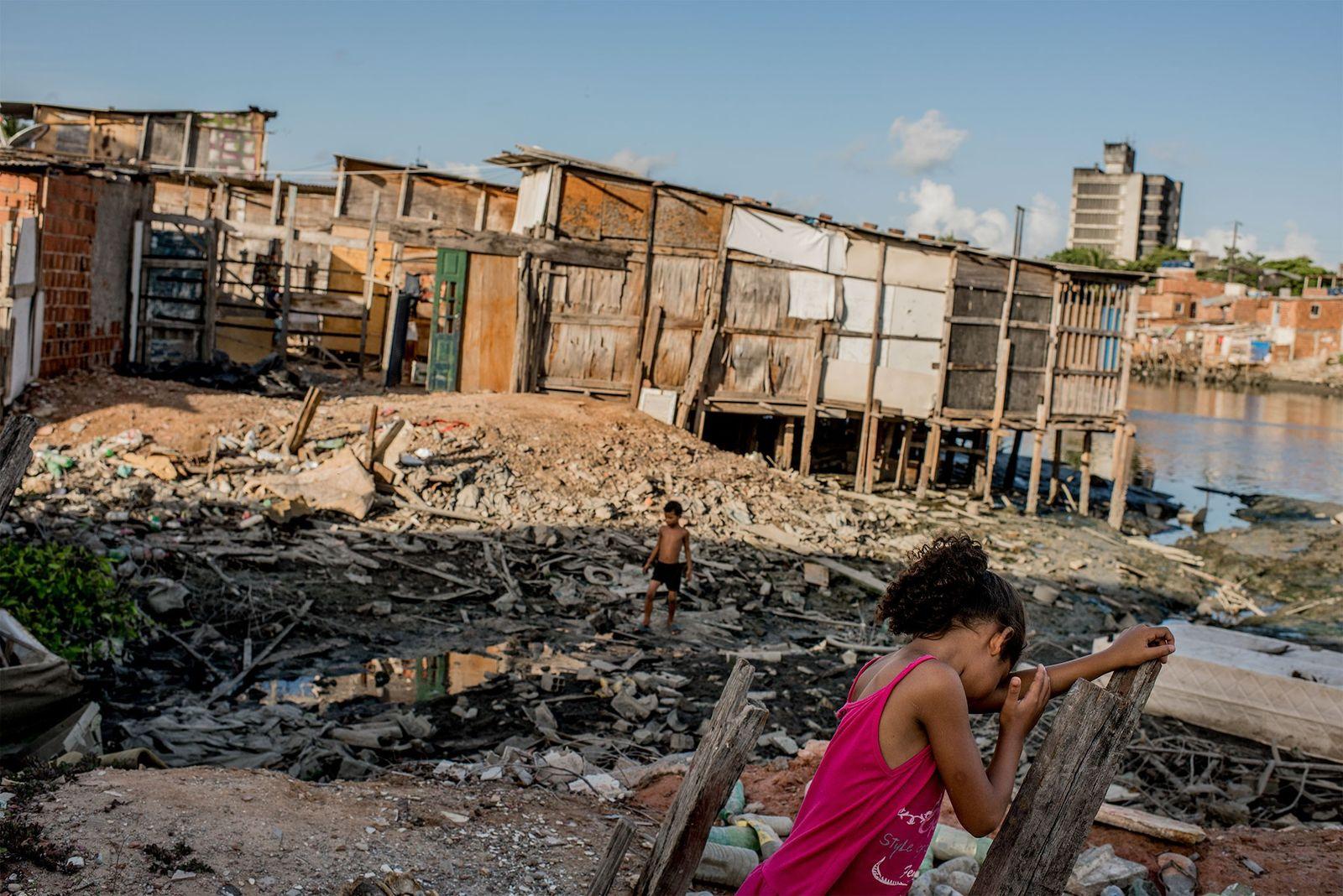 Crianças a brincarem no bairro Coelho