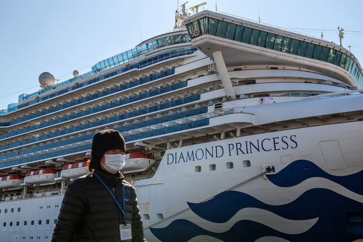 O cruzeiro Diamond Princess (visto nesta imagem atracado em Yokohama, no Japão, no dia 10 de ...